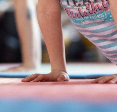 10 propostes per fer esport amb els infants a casa
